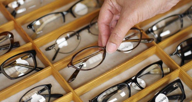 O logotipo nos óculos deve ser removido cuidadosamente