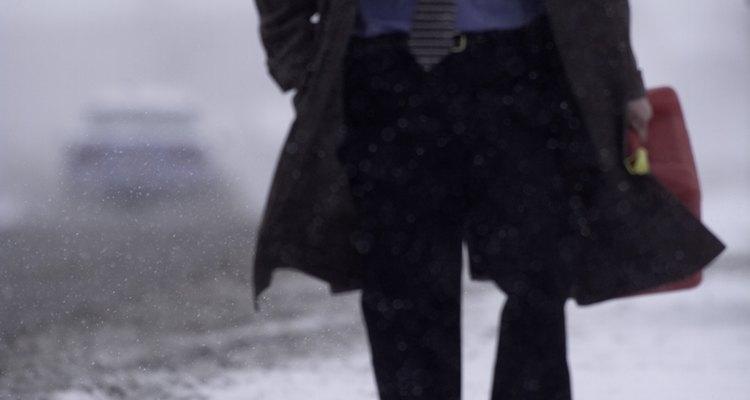 Los abrigos se usan para proteger el traje de un hombre del mal clima.