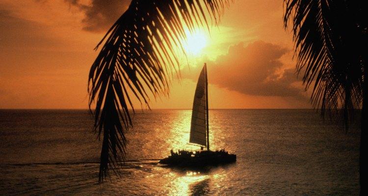 Disfruta de un maravilloso ocaso mientras navegas en un catamarán.