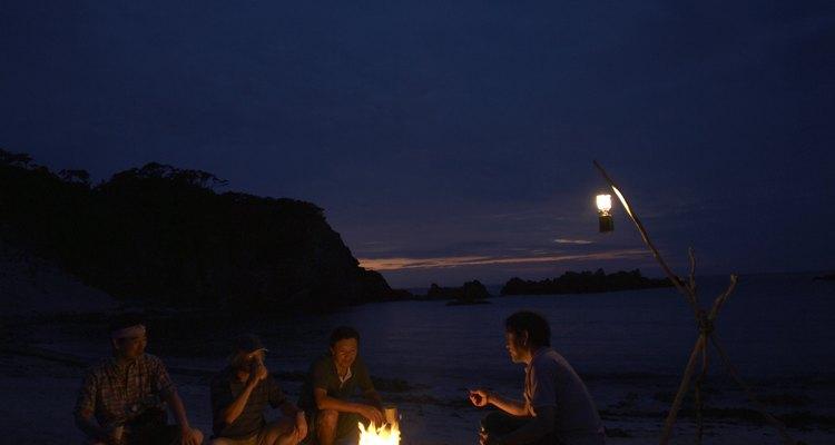 Com uma lâmpada a bateria, até crianças podem ajudar a construir uma lanterna