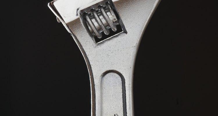 Utiliza una llave inglesa ajustable para conectar un extremo del equipo de la línea al refrigerador.