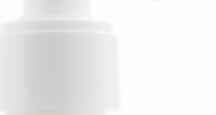 Com o sabonete líquido, retire o resto de removedor de esmalte para evitar a irritação da pele