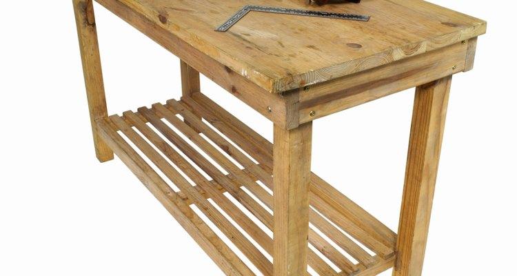 Mide la mesa de trabajo para tener las dimensiones correctas para los cajones.