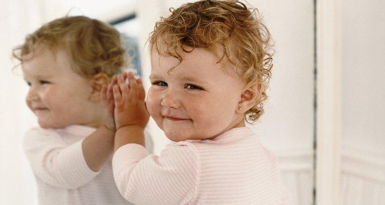 Para la edad de dos años, los niños saludables pueden reconocerse a sí mismos en un espejo.