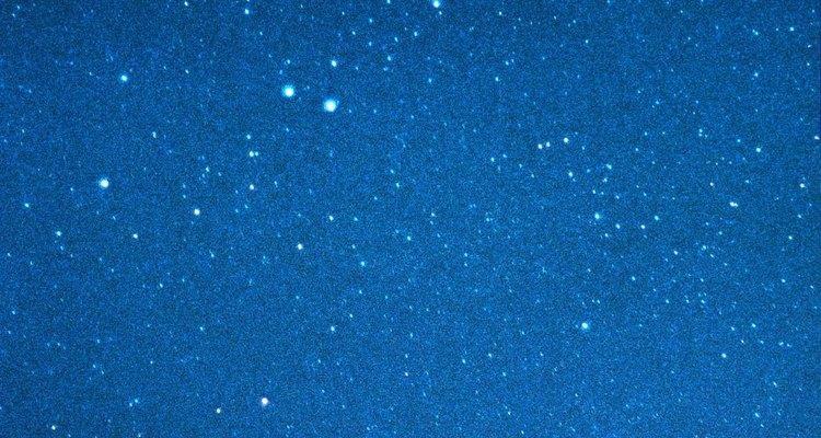 Acampa bajo un cielo lleno de estrellas.