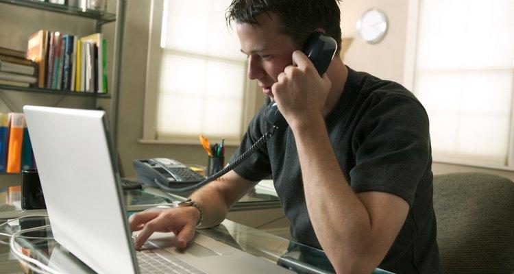 Hombre con el teléfono y la computadora.