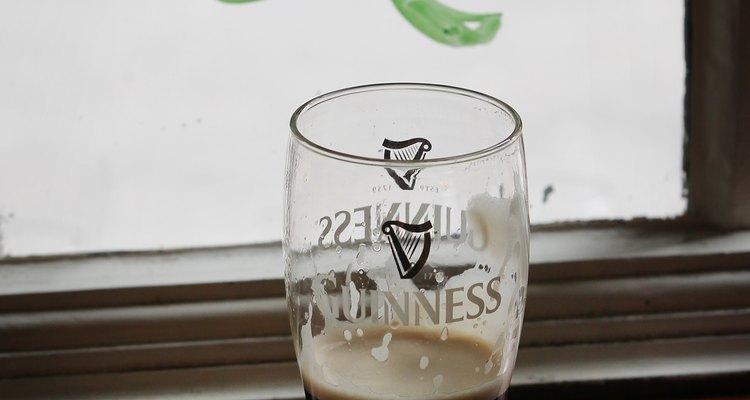 Prefira as cervejas escuras, para evitar gases