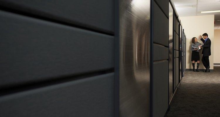 Aprende sobre el ancho que debe tener un pasillo de oficina para facilitar una eventual evacuación.