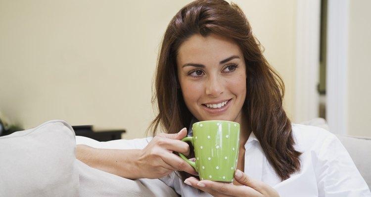 Alimentos y bebidas que contienen cafeína y alcohol deben limitarse o evitarse mientras se amamanta.