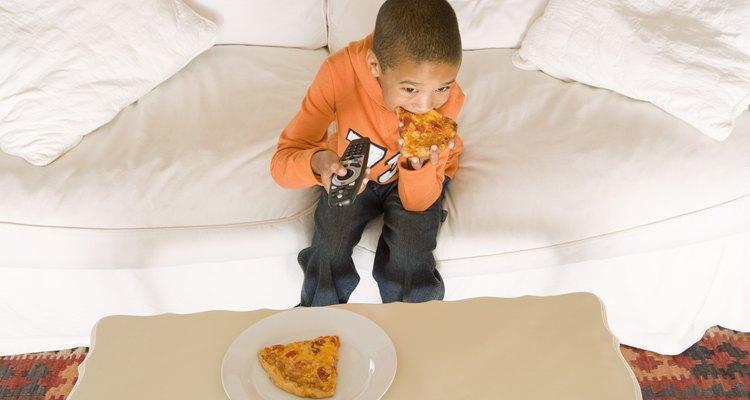 Los estudios muestran que la televisión promueve comer en exceso y otros hábitos negativos en los niños.