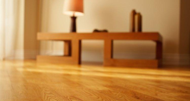 Si fuera necesario, coloca varias capas de acabado para madera.