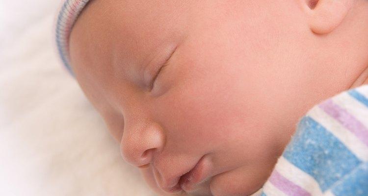 Envolverlo puede calmar el reflejo de sobresalto de tu bebé.