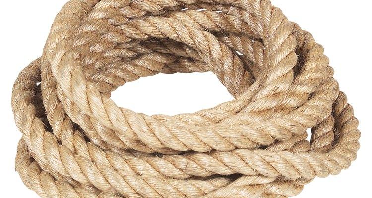 Aprenda a amarrar uma corda a uma árvore de maneira segura
