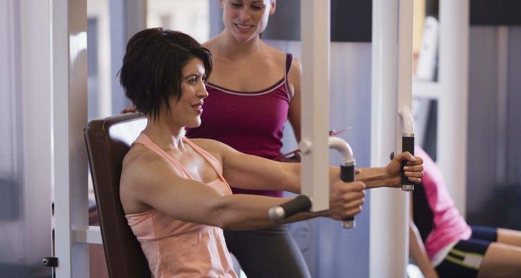 Entrenadora personal trabaja en el gimnasio.