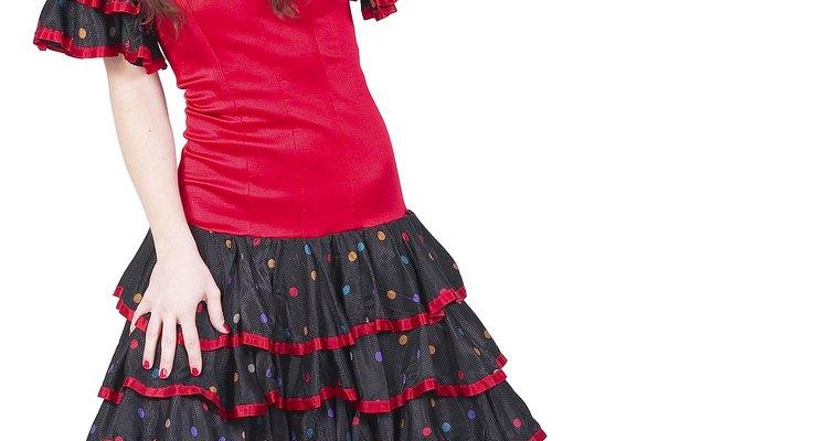 Muchos vestidos de flamenco tienen lunares y colores vivos.