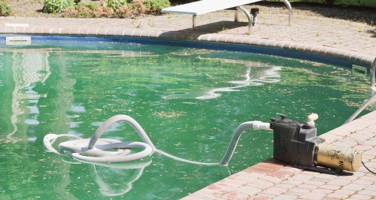 Agua turbia en la piscina.