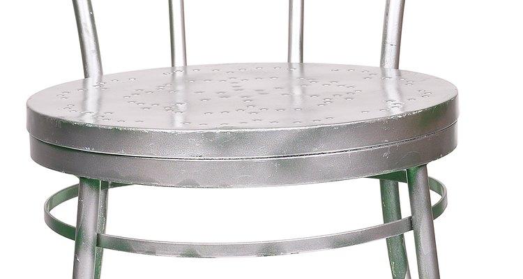Limpe as peças de alumínio do pátio com cítricos e creme tártaro