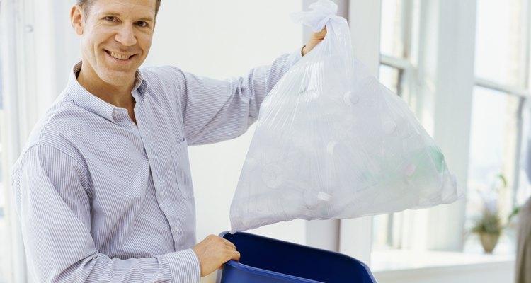 Crea una camiseta rápida y económica con una bolsa de basura, preferentemente una que no esté usada.