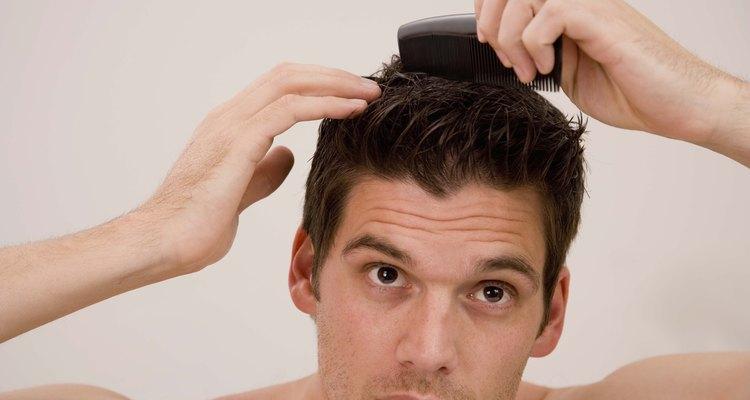 Todo se trata de peinar el pompadour, que requiere que peines la parte superior de tu cabello hacia arriba.