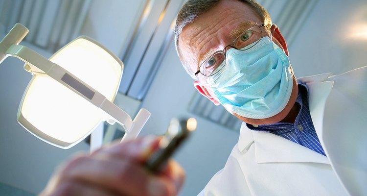 Los higienistas dentales realizan educación de salud oral, limpian de placa y otras acumulaciones a los dientes de los pacientes y realizan controles básicos.