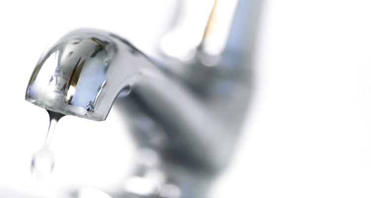 Si el agua no está saliendo de los grifos y de los electrodomésticos, revisa la bomba del pozo en primer lugar.