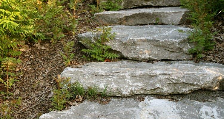 Grandes placas rochosas formam escadas interessantes em um jardim