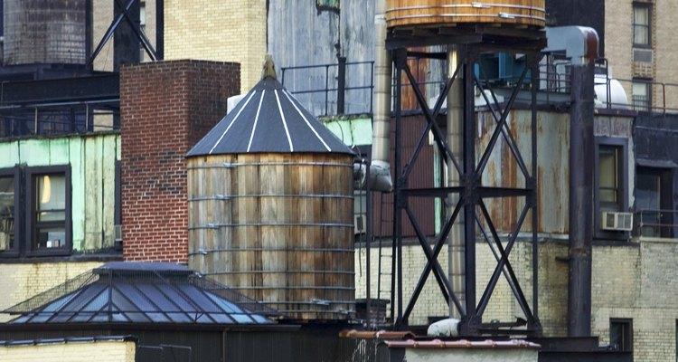 Tanques de água são comuns nos telhados de prédios comerciais, mas algumas casa também os têm