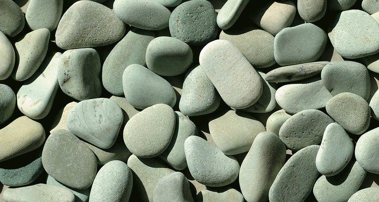 Las suaves piedras redondeadas se sienten cómodas bajo los pies descalzos.