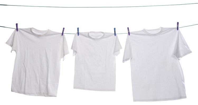 Existem várias maneiras de se retirar manchas amarelas de peças de roupa brancas