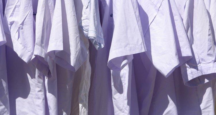 Esfregar um camisa de algodão em um objeto produzirá carga estática