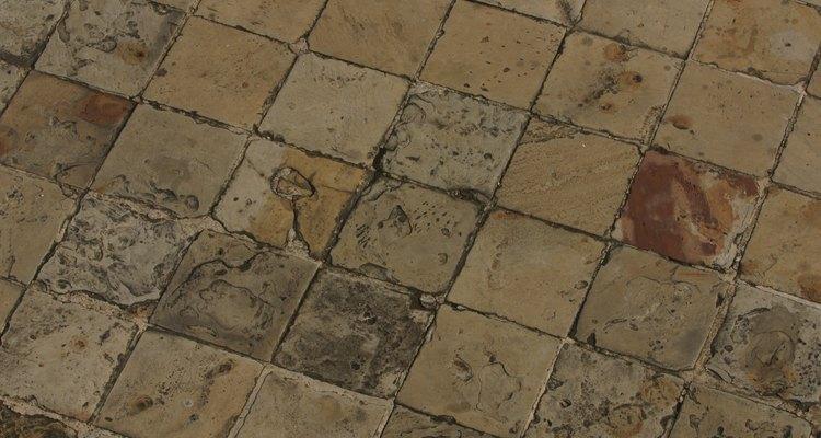 Limpia el óxido de los azulejos con productos ácidos o abrasivos.