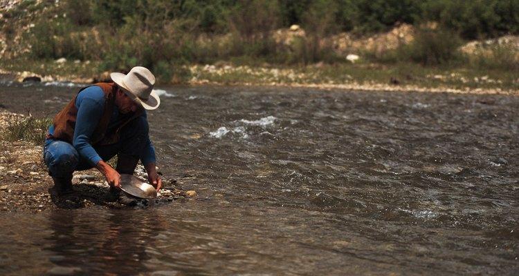 Depósitos de ouro são mais comumente encontrados dentro ou perto de correntes e rios
