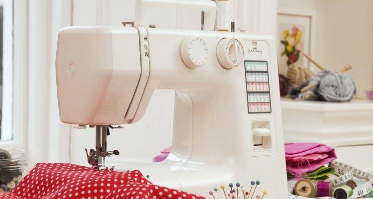 Las blusas con escote drapeado pueden hacerse con materiales nuevos o con camisetas viejas.