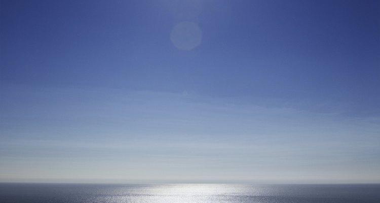 A brilhante luz solar atinge seu pico de energia no comprimento de onda amarelo-esverdeado