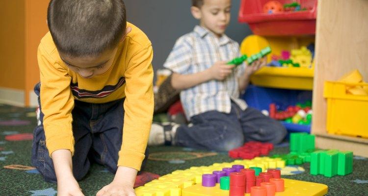 Un juguete ayuda al desarrollo cuando requiere el uso de recursos físicos o mentales de tu hijo.