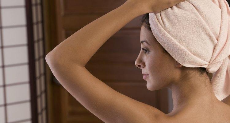 Mujer con el cabello envuelto en una toalla.