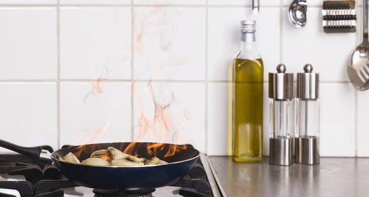 Considere o fator de segurança ao colocar um fogão sob uma janela