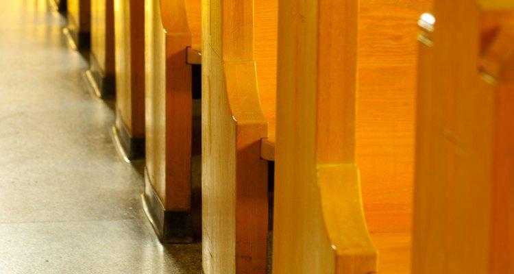 Alas largas y simples en los extremos de los bancos son suficiente decoración.