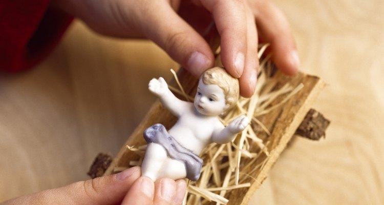 Em um presépio, o menino Jesus descansa numa manjedoura