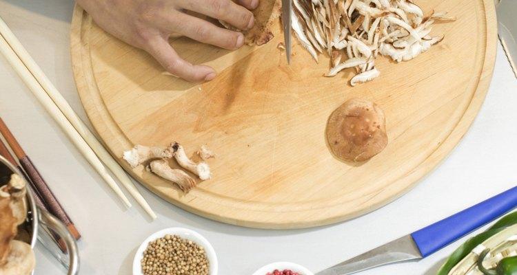 Pica el ajo en trozos pequeños y agrégalo a la olla.