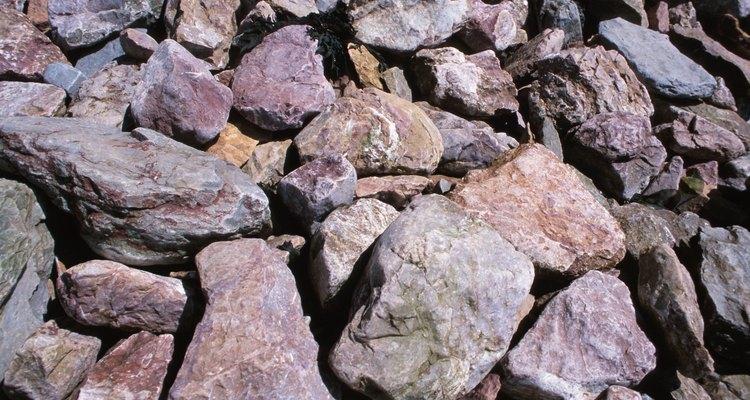 Puedes usar piedras de formas irregulares para crear una linda pasarela.