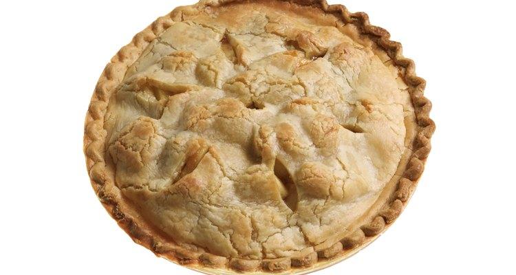 Guarda la tarta de manzana alejada de alimentos crudos para prevenir su contaminación.
