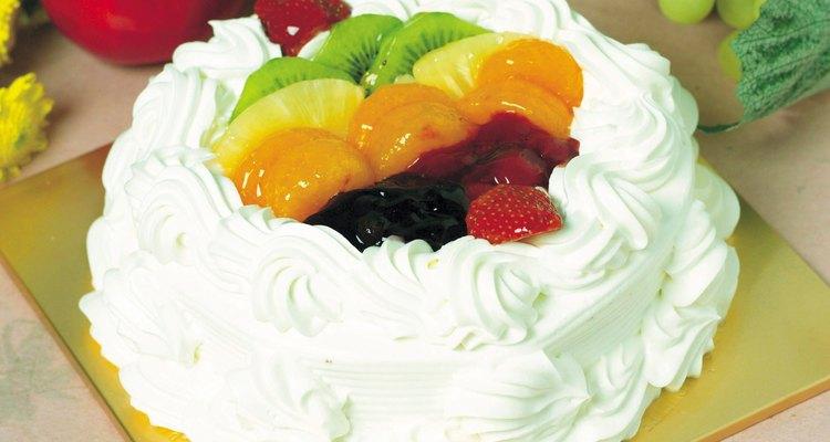 Uma cobertura de frutas é uma forma de esconder a porção mal assada de um bolo que você removeu