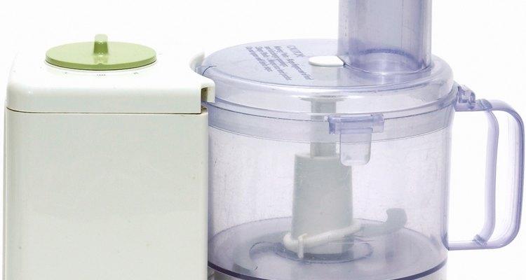 Una procesadora corta cebollas rápidamente.