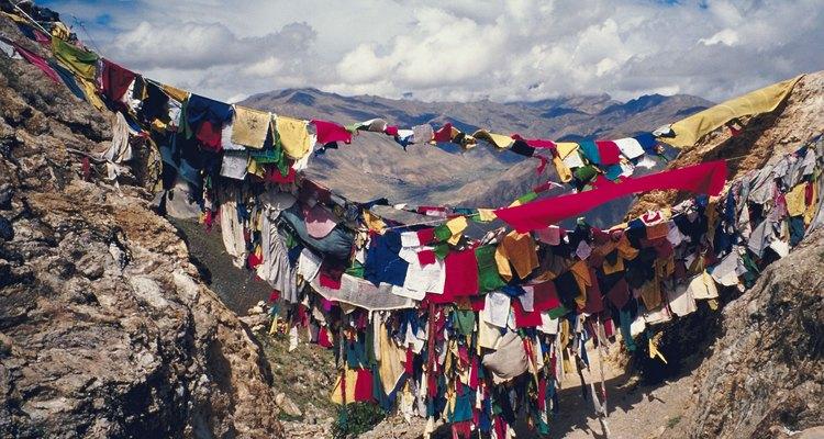 Los budistas tibetanos cantan mantras a sus banderas de oración.