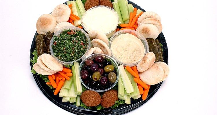 Palitinhos de legumes podem ser servidos com dips de iogurte e azeitonas, numa releitura da comida grega