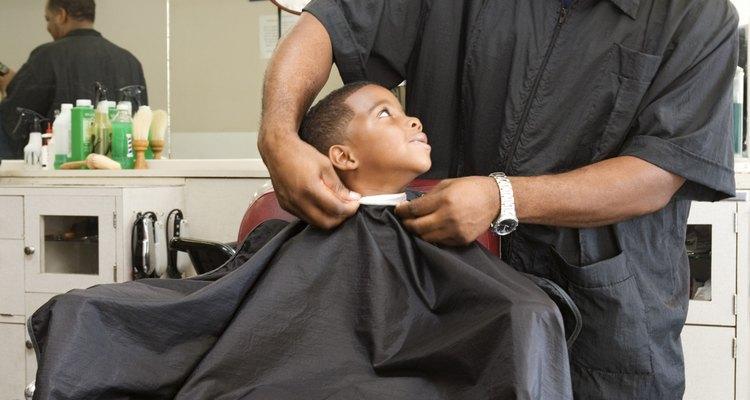 Faça uma capa de barbeiro de qualquer tamanho, para acomodar qualquer cliente