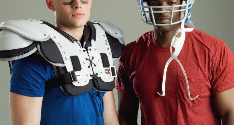 Las almohadillas y los cascos de fútbol pueden ser un ejemplo de armadura moderna.