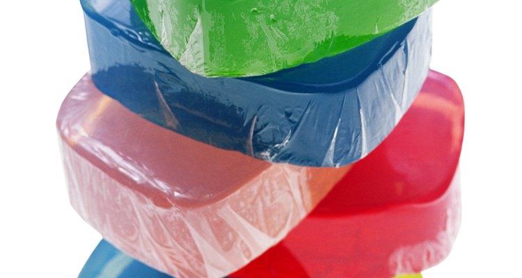 Além de ser usada em sobremesas e sabão, a gelatina pode ser usada para fazer cola