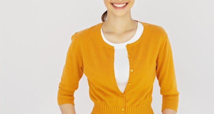 ¿Te sientes aburrida en ese suéter? Transfórmalo con algunos nuevos botones.